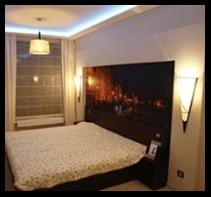 Fototapeta z montaże w sypialni w obok łóżka