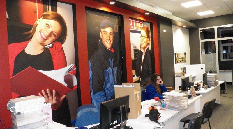 wyklejanie fototapet w biurze